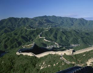 緑の山々と万里の長城 八達嶺 北京 中国の写真素材 [FYI03305787]