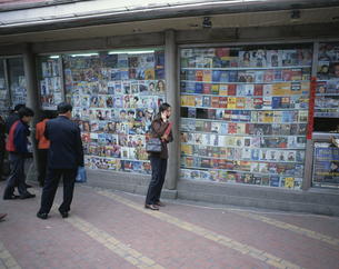 携帯電話で話す女性 本屋の前 大連 中国の写真素材 [FYI03305791]