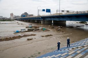 台風で増水した多摩川の写真素材 [FYI03306007]