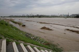 台風で増水した多摩川の写真素材 [FYI03306009]