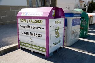 服と靴のリサイクルの箱の写真素材 [FYI03306072]