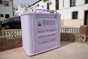 街頭に置かれた靴と衣類のリサイクルの箱の写真素材 [FYI03306189]