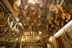 生ハムを天井にぶら下げたレストラン店内の写真素材 [FYI03306276]
