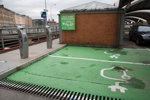 電気自動車を充電する場所の写真素材 [FYI03306280]