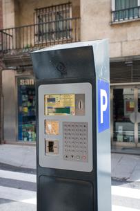 路上の駐車料金徴収の機械の写真素材 [FYI03306318]