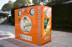 道路に置かれた食用油リサイクルのための収集容器の写真素材 [FYI03306358]