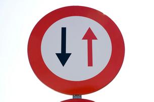 反対方向優先の道路標識の写真素材 [FYI03306363]