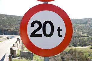重量制限の道路標識の写真素材 [FYI03306364]