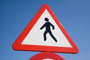 人に注意の道路標識の写真素材 [FYI03306378]