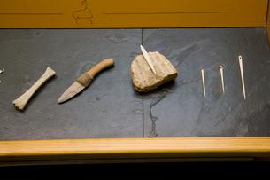 槍の先端を作った骨と火打石のナイフと骨で作った針の写真素材 [FYI03306398]