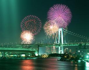 レインボーブリッジと花火 晴海東京湾大華火祭の写真素材 [FYI03306964]