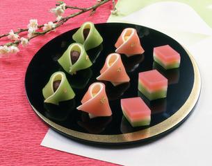 ひな祭りの和菓子 三日月盆の写真素材 [FYI03307318]
