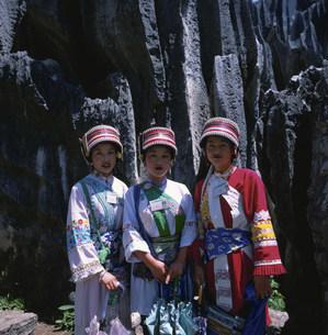 昆明の石林 サニ族の女性たちの写真素材 [FYI03307407]