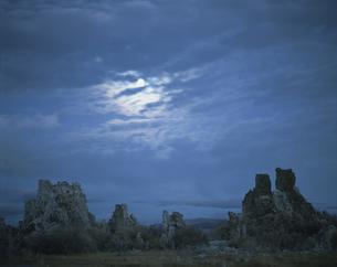 モノレイクと夕月の写真素材 [FYI03308343]