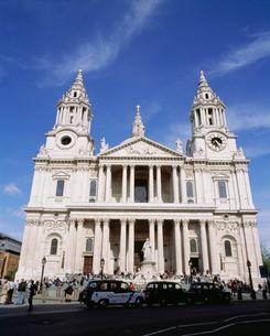 セント・ポール大聖堂の正面 改修後 ロンドンの写真素材 [FYI03308856]