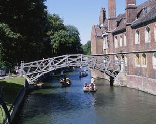 クィーンズカレッジの木造橋の写真素材 [FYI03309094]