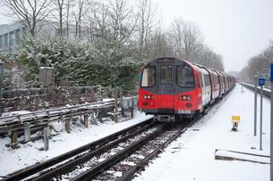 雪の中を走る地下鉄の電車の写真素材 [FYI03309221]