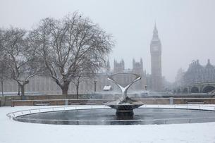 雪の庭園の噴水とビッグベンの写真素材 [FYI03309223]