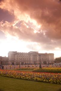 春のバッキンガム宮殿と夕方の雲と光の写真素材 [FYI03309230]