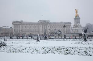 雪の中のバッキンガム宮殿の写真素材 [FYI03309232]