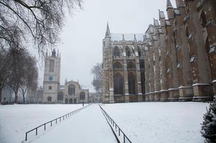 雪の中のウェストミンスター寺院とセントマーガレット教会の写真素材 [FYI03309233]