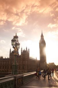 ビッグベンと街灯と夕方の雲と光の写真素材 [FYI03309263]