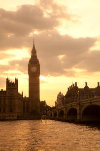 ビッグベンとウェストミンスター橋のシルエットと夕方の雲と光の写真素材 [FYI03309266]