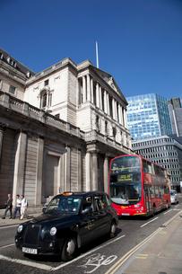 シティーのイングランド銀行とバスとタクシーの写真素材 [FYI03309279]