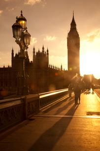 ビッグベンと街灯と夕日と人々の影の写真素材 [FYI03309280]