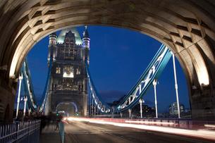 タワーブリッジの夕景と車の光跡の写真素材 [FYI03309290]
