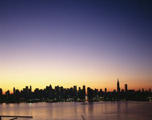 ニュージャージーより望む日の出前のマンハッタンの写真素材 [FYI03309362]