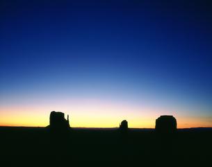 日の出前のモニュメントバレーの写真素材 [FYI03309964]