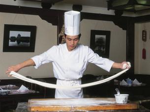 京倫飯店内の四合軒 麺打ちの写真素材 [FYI03310446]