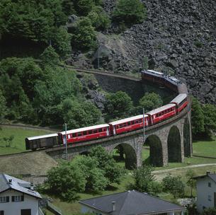 ブルシオのループを通過する電車 スイスの写真素材 [FYI03310535]