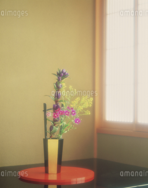 手桶の花器に生けた秋の花の写真素材 [FYI03311839]