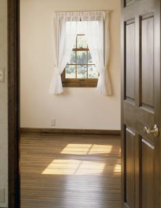陽光のさし込む部屋の写真素材 [FYI03311881]
