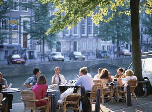 運河沿いのカフェの写真素材 [FYI03312130]