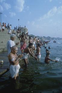 ガンジス川の朝 バラナシ インドの写真素材 [FYI03312878]