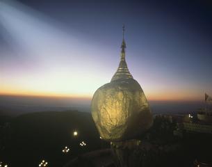 チャイティーヨパゴダ ミャンマーの写真素材 [FYI03312884]
