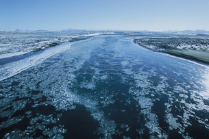 ミーヴァトン湖付近の川 アイスランド共和国の写真素材 [FYI03312917]