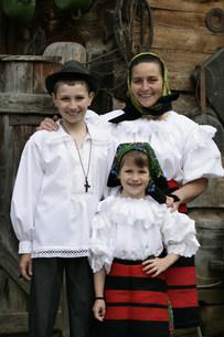 マラムレッシュ地方の民族衣装を着た人の写真素材 [FYI03312937]