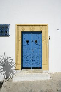 シディ・ブ・サイドの青いドアの写真素材 [FYI03313021]