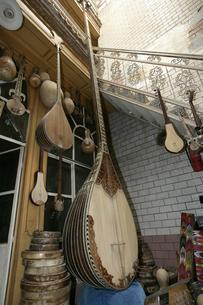 カシュガルの職人街 楽器店の写真素材 [FYI03313091]