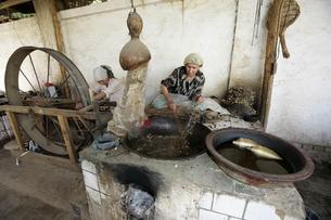 ホータンの絹織物工場の写真素材 [FYI03313093]