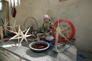 ホータンの絹織物工場の写真素材 [FYI03313100]