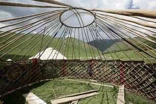 カザフ族のパオの組み立ての写真素材 [FYI03313106]