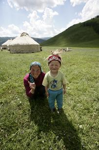 カザフ族の親子の写真素材 [FYI03313115]