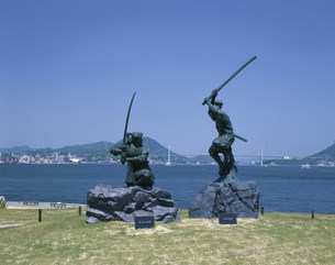 巌流島 武蔵・小次郎像の写真素材 [FYI03313452]