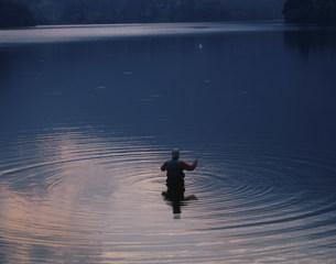 湯の湖の釣り人の写真素材 [FYI03313488]