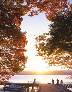 朝の十和田湖畔の写真素材 [FYI03313616]